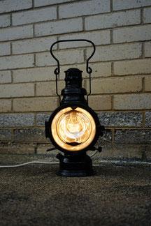 vintage tischlampe aus einer bahnlaterne in schwarz und metall