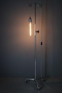 sofia lunico stehlampe ständerlampe zug online shop swissmade handmade silber infusionsständer krankenschwester lichtspenderin infusion unikat einzelstück