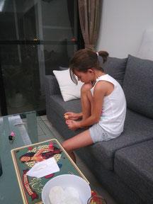 Morgane qui se met du vernis à ongle pour la première fois