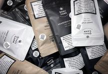 Frau appliziert CBD Creme gegen Akne im Gesicht