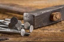 Für kleine Reparaturen am Dach braucht man manchmal nicht mehr als Hammer und Nagel.