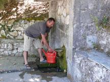 Franz beim Wasserholen