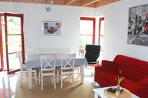 Der offene Wohn-Essbereich ist das Herzstück im Ferienhaus Kaskadenschlucht (Rhön).