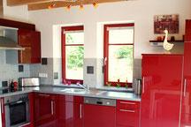 Die große Küche im Ferienhaus Kaskadenschlucht (Rhön) lädt zum gemeinsamen Kochen ein.