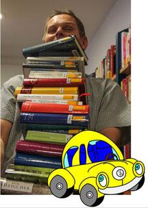 Mann Bücherstapel Auto