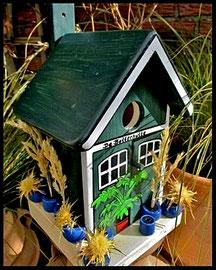 Vogelhuisje nestkastje hout_De Botterhutte_blauwe potten_groen dak
