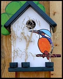 Vogelhuisje nestkastje hout_wit_ijsvogel op stok_blauw dak_groen boom