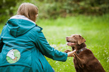 Hund gibt Trainerin Rebecca Pfote