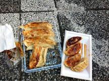 右が普通の餃子、左がジャンボ餃子