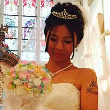 プリザーブドレインボーローズブーケと花嫁さま
