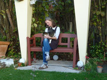 Susa, unsere Katzenmama, mit ihrem Lieblingsstubentiger auf der Holzbank im Garten