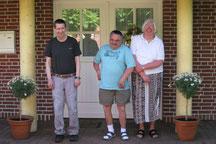 Drei Bewohner vor der Wohnanlage Mühlenweg.