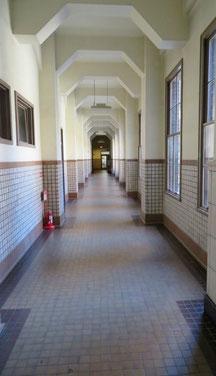 映画やドラマのロケにも使われた長い長い廊下。