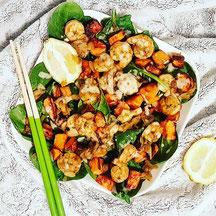 cuisinouverte.com,crevettes au basilic et gingembre,patates douces roties,jeunes pousses d'épinards crus et sauce au tahini,sans gluten.