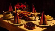 1 ganze Weihnachtsgans mit 8 Klöße, Soße und Rotkohl für 4 bis 6 Pers. + 1 Flasche Rotwein  59,99 €   Guten Appetit