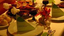1 ganze Martinsgans mit 8 Klöße, Soße und Rotkohl für 4 bis 6 Pers. + 1 Flasche Rotwein  59,99 €   Guten Appetit