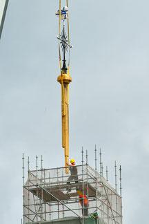 Montage des Kaiserstiels mit Wetterfahne auf der Martinskirche zu Pfungstadt.