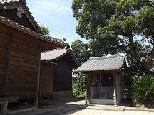 神殿右側の末社