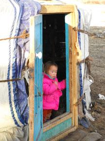 enfant mongol a l'entrée de la yourte en hiver