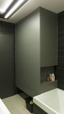 Moderne kolomkast in badkamer