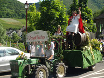 Auch der Weingott von Mayschoss läßt sich mit einem Festwagen beim Weinblütenfest durch die Mayschosser Straßen fahren