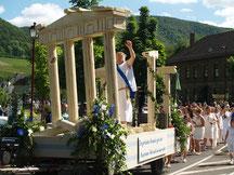 Das Weinblütenfest in Mayschoß präsentiert beim Festumzug aufwändig hergestellte Festwagen.
