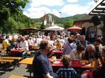 Viele Besucher auch aus dem Ausland finden den Weg zum Mayschosser Weinblütenfest und feiern ausgelassen auf dem Festplatz.