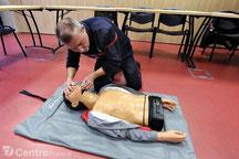 Basculez la tête vers l'arrière en tenant le menton et le front de la victime.
