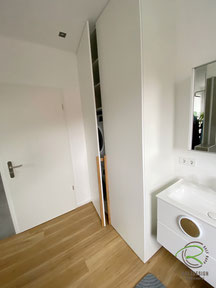 Zwangsbelüftung für Kondenstrockner für Waschmaschinenschrank, Waschmaschinen-Einbauschrank in weiß mit Eichengriffleiste mit Kondenstrockner,