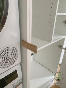 Öffnungs-Riegel für Zwangsbelüftung im Waschmaschienen-Einbauschrank, Waschmaschinen-Einbauschrank in weiß mit Eichen-Griffleiste, weißer Schrank nach Maß für Waschturm, Schrank für Waschmaschine u. Trockner, Waschmaschinen-Einbauschrank im Badezimmer