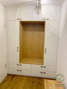 Garderobenschrank mit offener Garderobennische von Schreinerei Holzdesign Ralf Rapp in Geisingen, Einbaugarderoben in weiß u. Eiche mit Sitzbank, Einbauschrank nach Maß in Wandnische für Eingangsbereich, Garderobe mit Sitzbank nach Maß