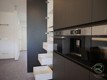 Küchenhochschrank in schwarz matt & Antifingerprint Beschichtung mit Blum Legrabox Vorratsschrank Blum Space Tower,  moderne Wohnküche schwarz matt mit Antifingerprint Beschichtung, schwarze Inselküche mit Eiche Esstisch mit Antifingerprint Beschichtung,