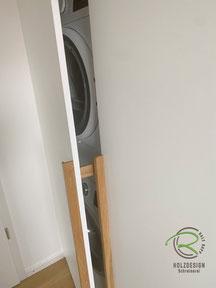 geöffneter Waschmaschinen-Einbauschrank mit Zwangsbelüftung für Kondenstrockner,Waschmaschinen-Einbauschrank in weiß mit Eichen-Griffleiste, weißer Schrank nach Maß für Waschturm, Schrank für Waschmaschine u. Trockner, Waschmaschinen-Einbauschrank im Bad