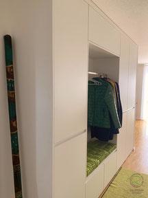 Griffleiste an Garderobenschrank, Garderobenschrank in weiß mit offener Garderobennische mit Kleiderstange u. weißer Griffleiste