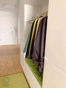 offene Garderobennische in Einbaugarderobe, Garderobenschrank in weiß mit offener Garderobennische mit Kleiderstange u. weißer Griffleiste