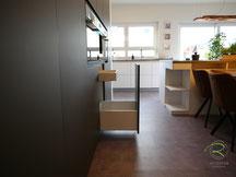 Küchenhochschrank schwarz matt mit Blum Legrabox weiß, moderne Wohnküche schwarz matt mit Antifingerprint Beschichtung, schwarze Inselküche mit Eiche Esstisch mit Antifingerprint Beschichtung, Schwarze Küchen nach Maß von Schreinerei Holzdesign Ralf Rapp