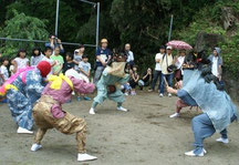 間近で獅子舞を見学しました。