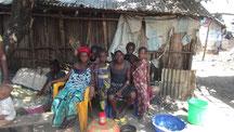 Familie vor der Hütte in Meyingbé