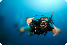 Plongeur heureux sous l'eau