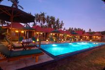 Photo de la piscine et des chambres de l'hotel en face du centre de plongée à Nusa Penida