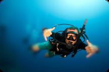 Plongeur content pendant sa formation Padi open water à Nusa Penida