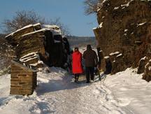 Bei der Wanderung auf dem Rotweinwanderweg müssen auch Felsspalten durchquert werden.
