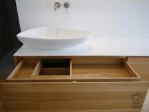 Waschtischunterschrank auf Gehrung in Eiche massiv mit weißer Aufsatzplatte & Aufsatzbecken & Massivholz-Schubladen mit indirekt beleuchtetem 3-türigigen in Wand eingelassener Spiegelschrank mit Eichenrahmen