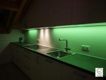 farbwechselnde RGB Nischbenrückwandbeleuchtung in grün Küche in Dachschräge angepasst, RGB Beleuchtung in Aluminiumschiene flächenbündig im Oberschrank Dachküche eingelassen, Maßküche in Dachschräge weiß mit RGB-Nischenrückwandbeleuchtung