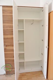 Aktenschrank mit innenliegender Garderobe in Nussbaum furniert & weiß lackiert, abschließbarer Aktenschrank mit Garderobe, Nussbaum Aktenschrank,