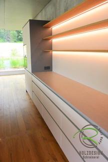 beleuchtete Küchenrückwand mit LED-Stripes und Eiche Regalböden