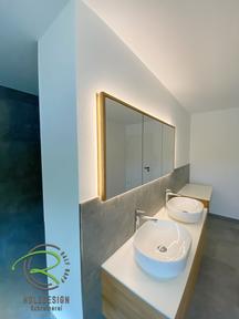 In Wand eingelassener Spiegelschrank mit Massivholz-Eichenrahmen und indirekter Beleuchtung von Schreinerei Holzdesing Ralf Rapp in Geisingen, 3 türiger Spiegelschrank passgenau in die Wandnische eingelassen mit indirekter Beleuchtung