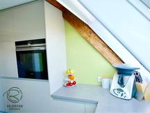 Hochschrankzeile in Dachgeschoss-Küche in Hochglanz