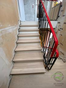 Treppenrenovierung vor dem Neuverputzen, Holztreppe renovieren mit Eichen Massivholztreppenstufen und weißen Stellbrettern mit anthrazit pulverbeschichtetem Treppengeländer von Schreinerei Holzdesign Ralf Rapp, Treppenrenovierung Massivholztreppenstufen