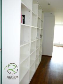 Bücherregal in weiß bilden Raumtrenner zwischen Flur und Ankleide